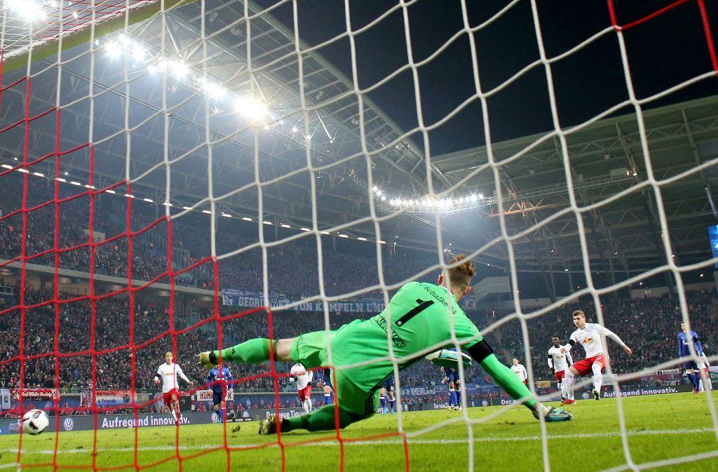 Der Schalker Torwart Ralf Fährmann hat beim Elfmeter von Leipzigs Timo Werner keine Chance. Foto: dpa