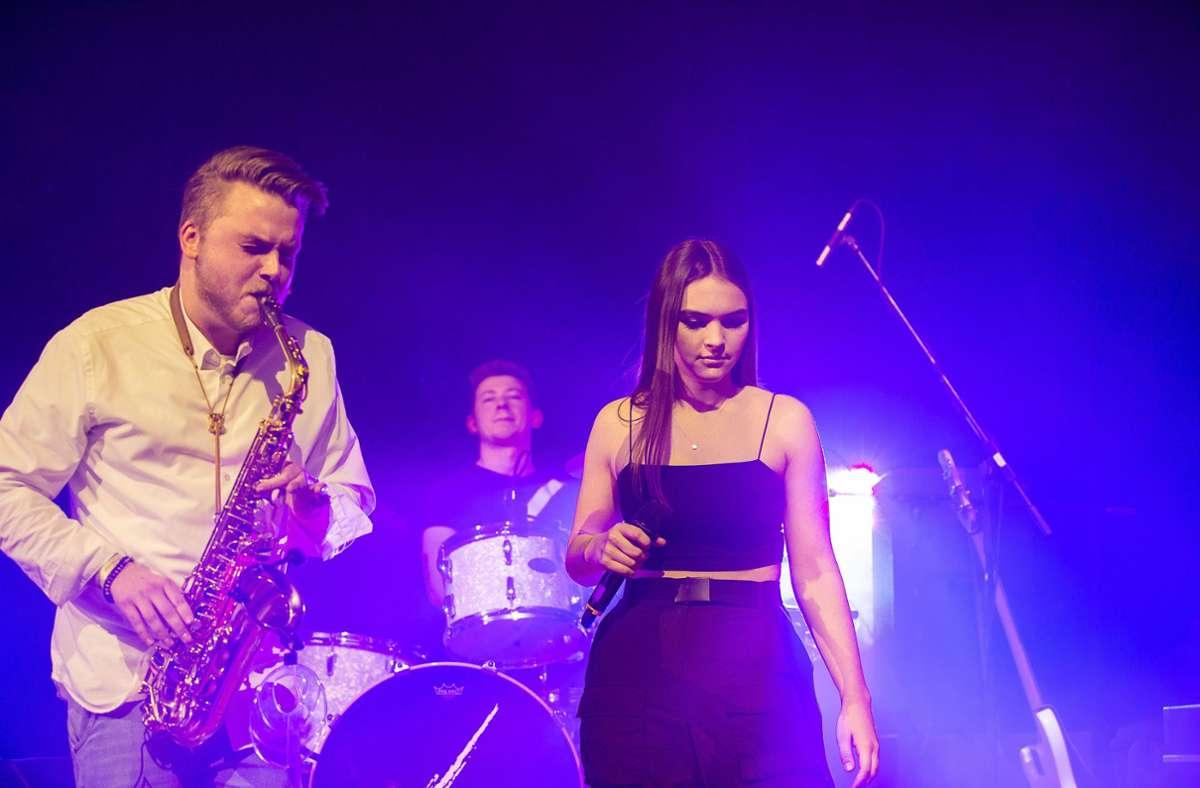Sängerin Jule Borchhardt, Saxofonist Julian Wirth, Schlagzeuger Jonas Stephan und  der Rest der Band Skin of Clazz freuen sich auf ihr erstes Konzert in diesem Jahr. Foto: Eibner/Drofitsch
