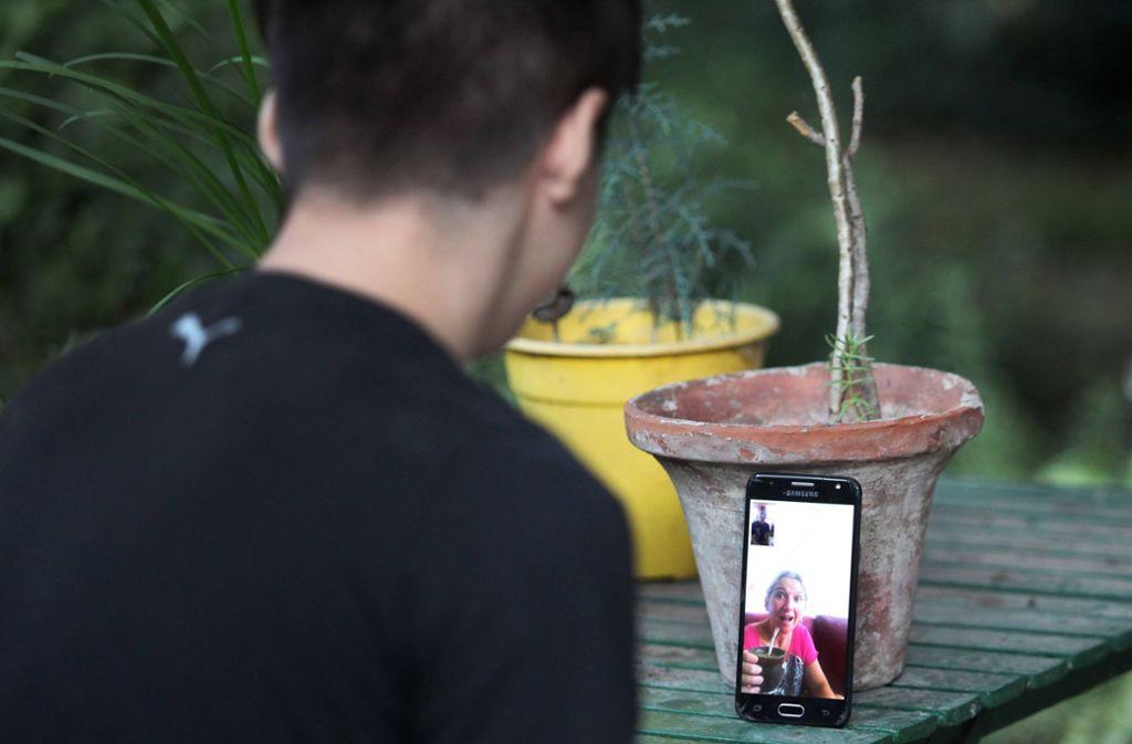 In der Corona-Krise bietet sich der Video-Anruf mit WhatsApp an, um mit den Liebsten in Kontakt zu bleiben. Foto: imago images/ZUMA Wire/Claudio Santisteban