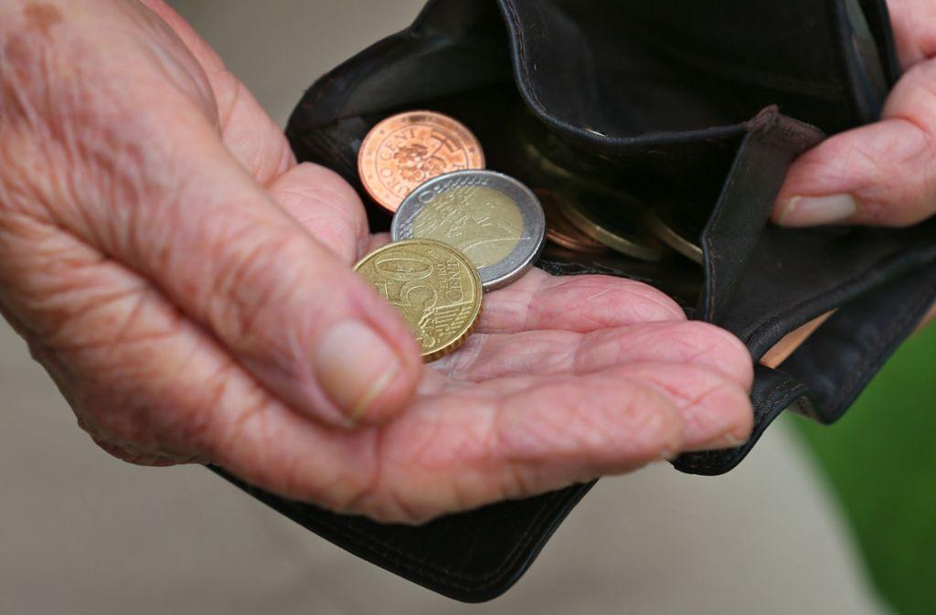Erst fragt der Trickdieb nach Kleingeld, dann nach Starthilfe – ein Vorwand, um sich Zugang zum Geldbeutel des Seniors zu verschaffen, sagt die Polizei (Symbolbild). Foto: dpa