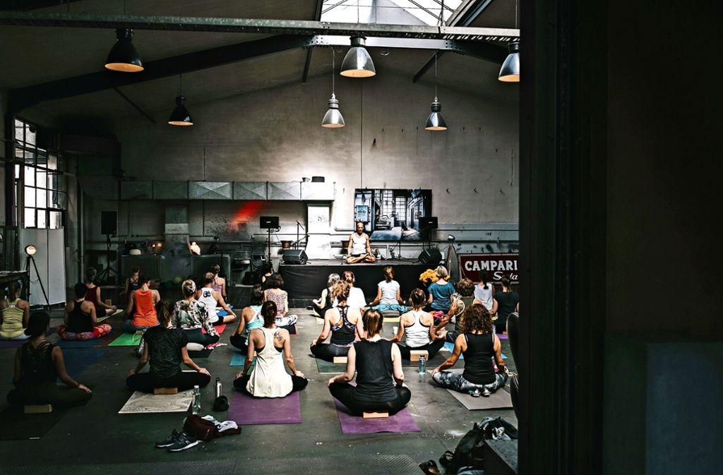 Yoga  in besonderem Ambiente der Garage 229 im Osten. Foto: Sonja Tetzlaf