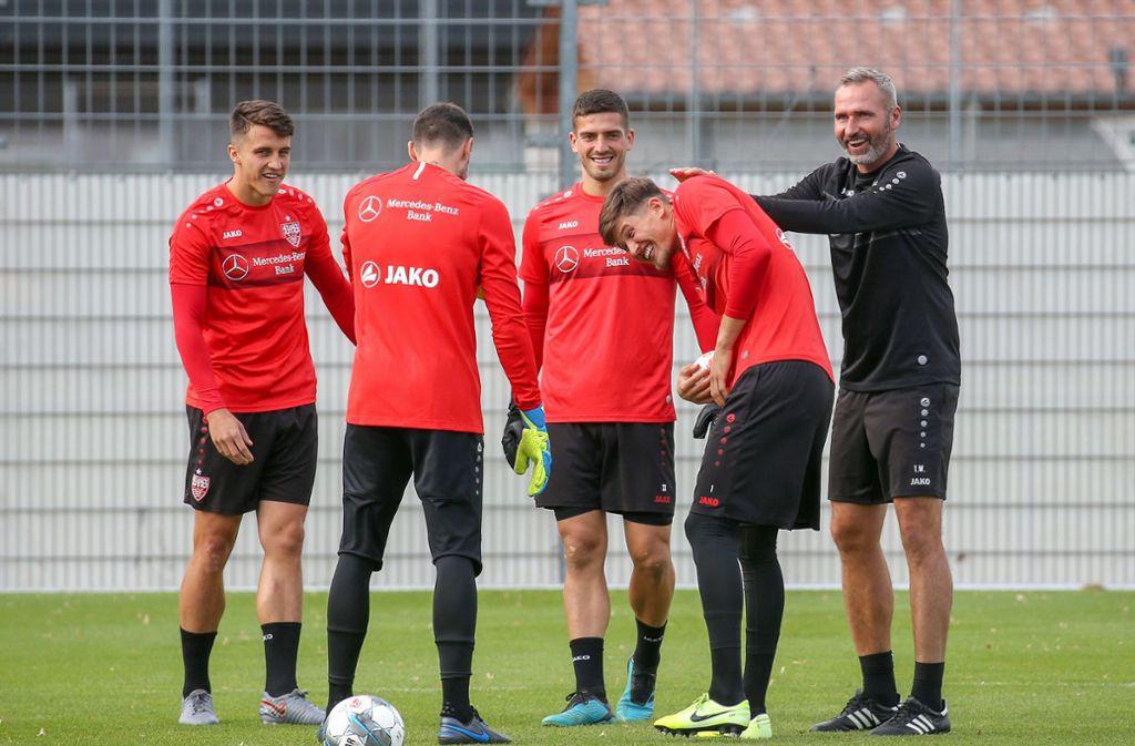 Tim Walter (rechts) und der VfB Stuttgart bereiten sich auf das Heimspiel gegen den SV Wehen Wiesbaden an diesem Freitag vor. Foto: Pressefoto Baumann/Alexander Keppler