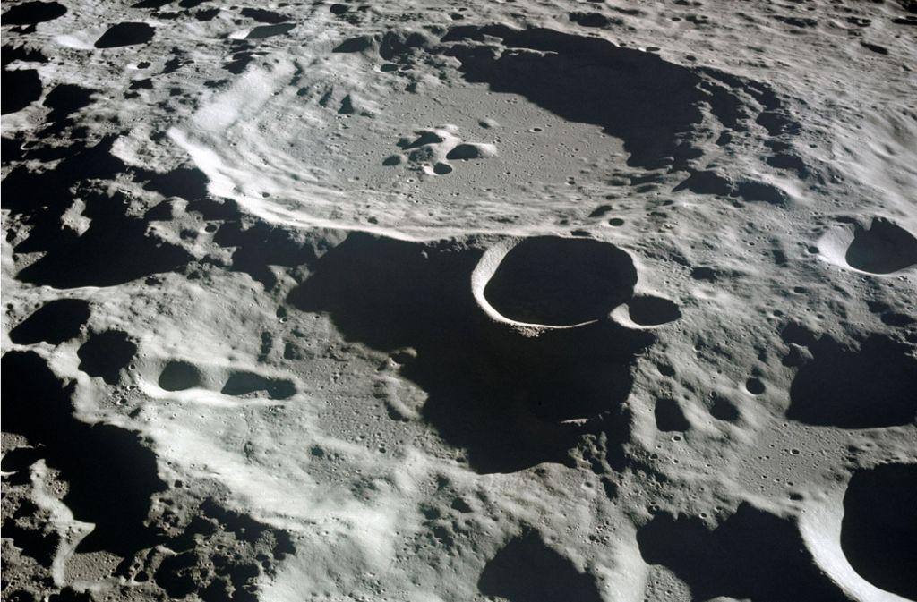 Diese Aufnahme von Apollo 11 vom Juli 1969 – des ersten bemannten Flugs mit Landung auf dem Erdtrabanten  – zeigt die von Kratern übersäte Mondoberfläche, die allesamt durch die Einschläge von kleinen Körpern im Sonnensystem herrühren. Foto: Nasa/dpa