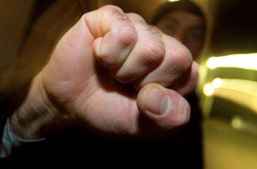 Zwei Männer prügeln sich an der Kasse – Frau geht zu Boden