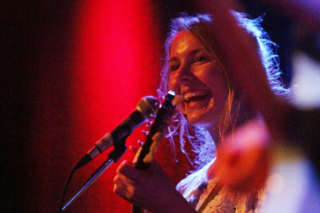 Gurr (hier Laura Lee Jenkins) überzeugen mit flotten Liedern und fröhlicher Bühnenshow. Weitere Bilder vom Pop-Freaks-Wochenende im Merlin zeigt die Fotostrecke. Foto: Jan Georg Plavec