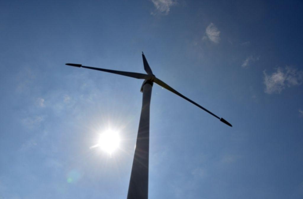 Etliche Windräder, die am Hang über Plüderhausen aufragen könnten, führen im Ort nun zu kontroversen Diskussionen. Foto: dpa