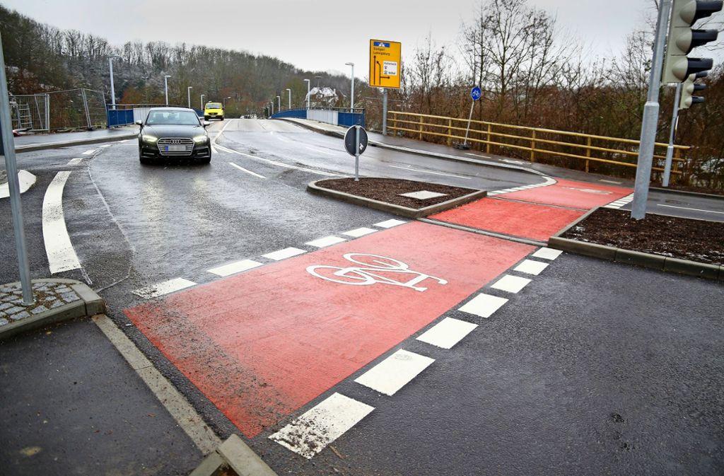 Nun fehlen nur noch die Radfahrer: Die Neckarbrücke ist saniert, und die  Marbacher Straße bietet viel Platz für  Zweiräder. Foto: factum/Granville