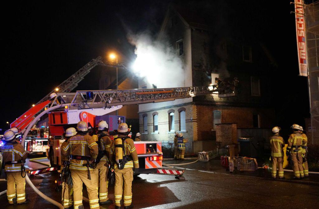 62 Einsatzkräfte der Feuerwehr waren zur Brandbekämpfung in der Plochinger Straße in Esslingen. Foto: SDMG/SDMG / Kohls