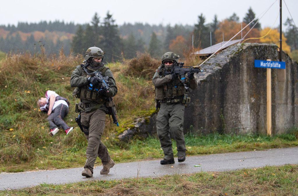 SEK-Einsatzkräfte bei einer Anti-Terror-Übung im baden-württembergischen Heuberg. (Archivbild) Foto: dpa/Sebastian Gollnow