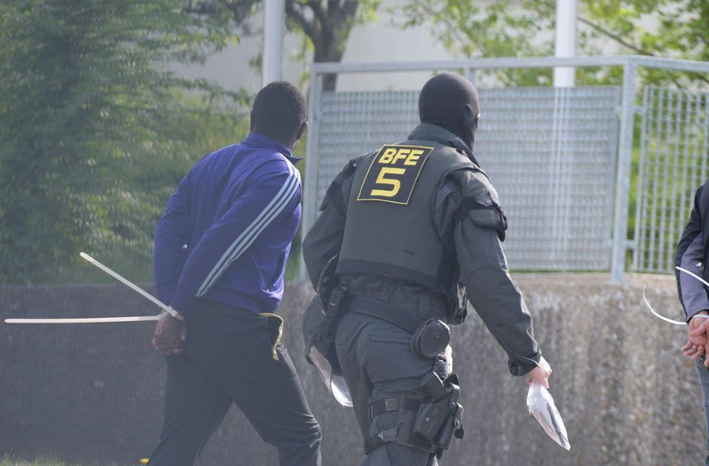 Der Großeinsatz der Polizei in der Ellwanger Flüchtlingsunterkunft. Foto: dpa