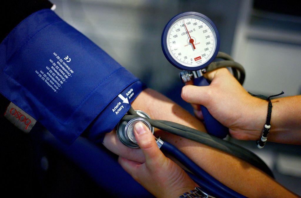 Geräte zum Messen des Blutdrucks und andere Medizintechnik könnte in Krankenhäusern zur Neige gehen, so eine Befürchtung. (Symbolbild) Foto: dpa/Oliver Berg
