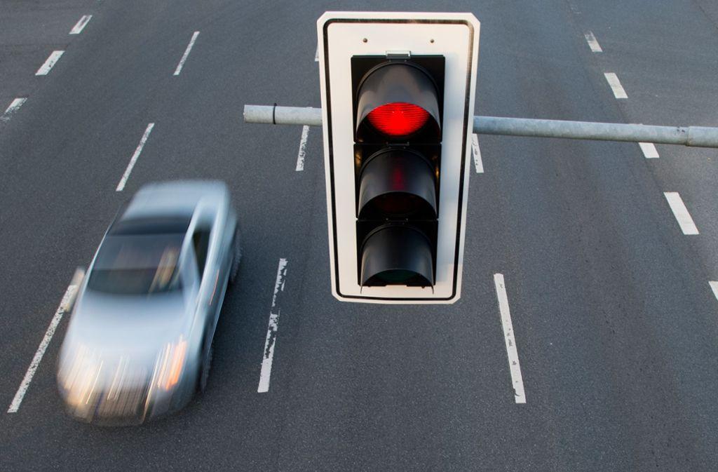 Der Vater soll in Würzburg zwei Mal über die rote Ampel gefahren sein (Symbolbild). Foto: Julian Stratenschulte/dpa
