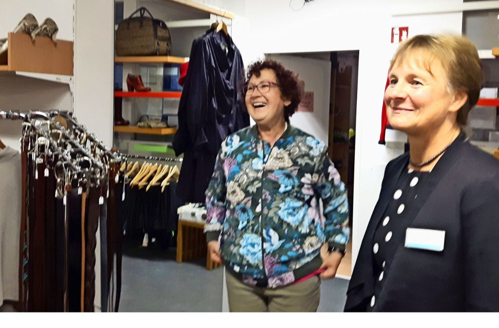 Gerlinde Kretschmann (links) verschafft sich mit  Birgit Schüppen von PragA einen Überblick über das Modeangebot.. Foto: Eva Funke