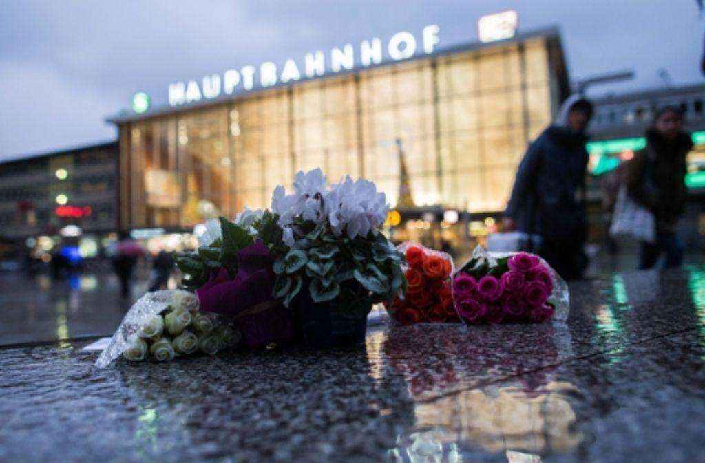 Vor dem Kölner Hauptbahnhof liegen Blumen. Hier war es in der Silvesternacht zu massiven Übergriffen gekommen.. Foto: dpa