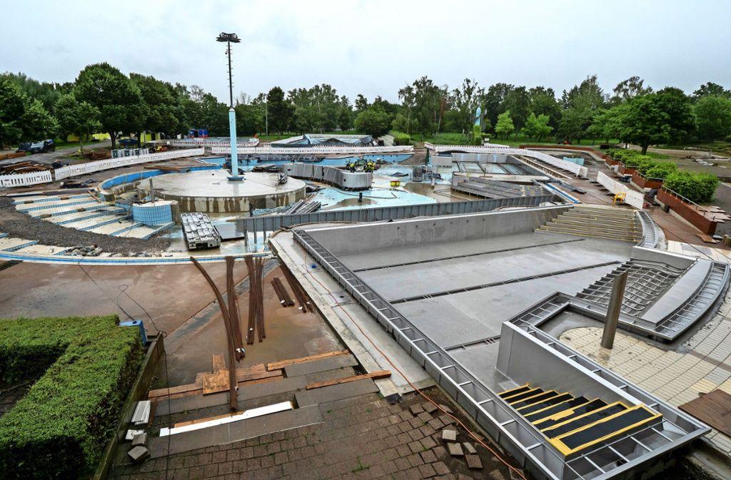 Kaum wiederzuerkennen: Das gesamte Gelände des Leobades ist derzeit eine einzige große Baustelle. Die Edelstahlbecken sind im     Werden. Foto: factum/