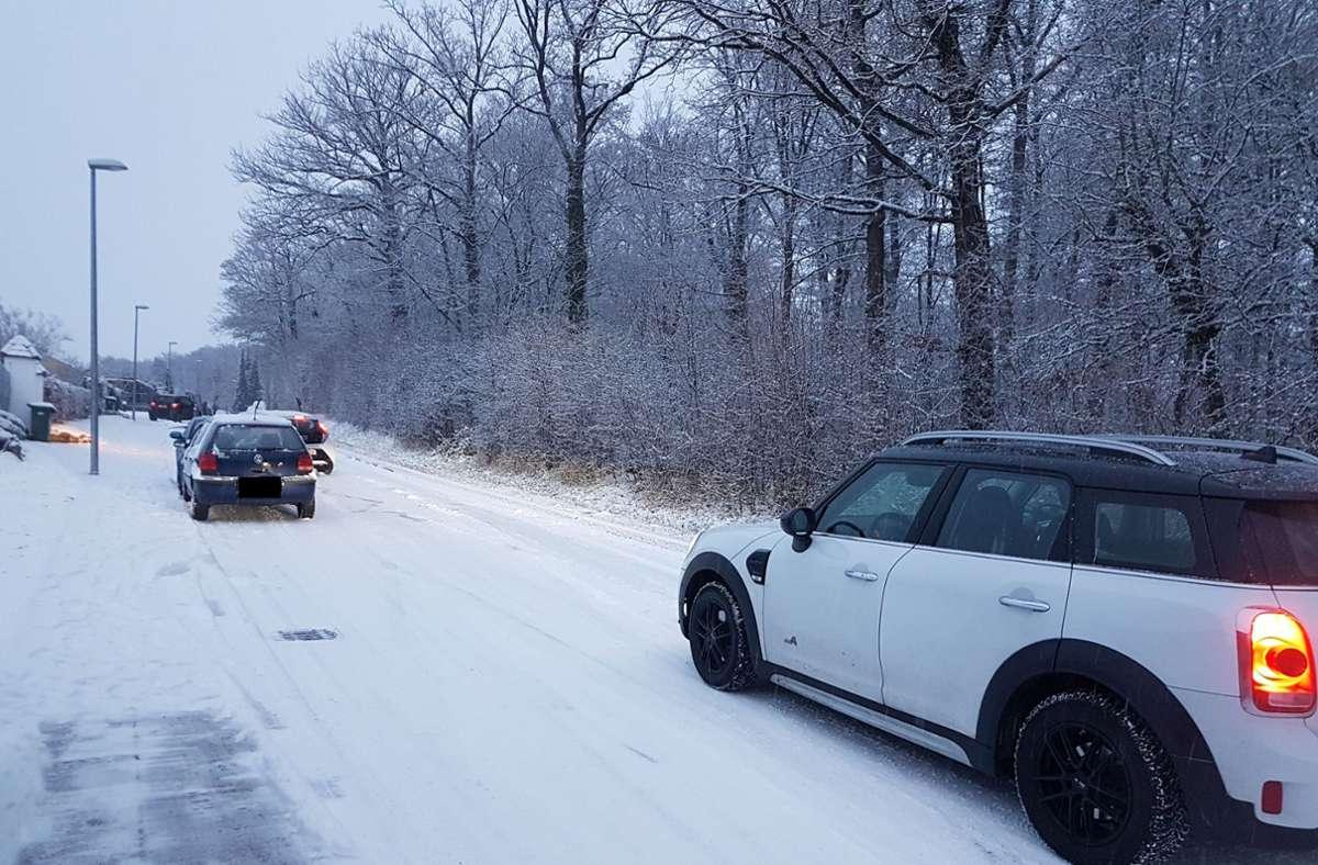 So wie hier in Stuttgart-Botnang sah es am Montagmorgen vielerorts aus – Autos, die auf schneebedeckten Straßen festhingen. Foto: StZN