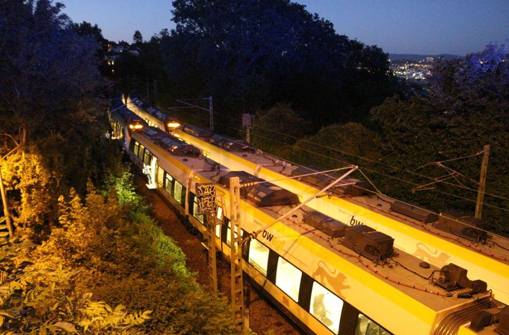Auf der Gäubahn im Stuttgarter Westen mussten am Samstagabend nach einem Defekt Reisende auf freier Strecke umsteigen. Foto: 7aktuell.de