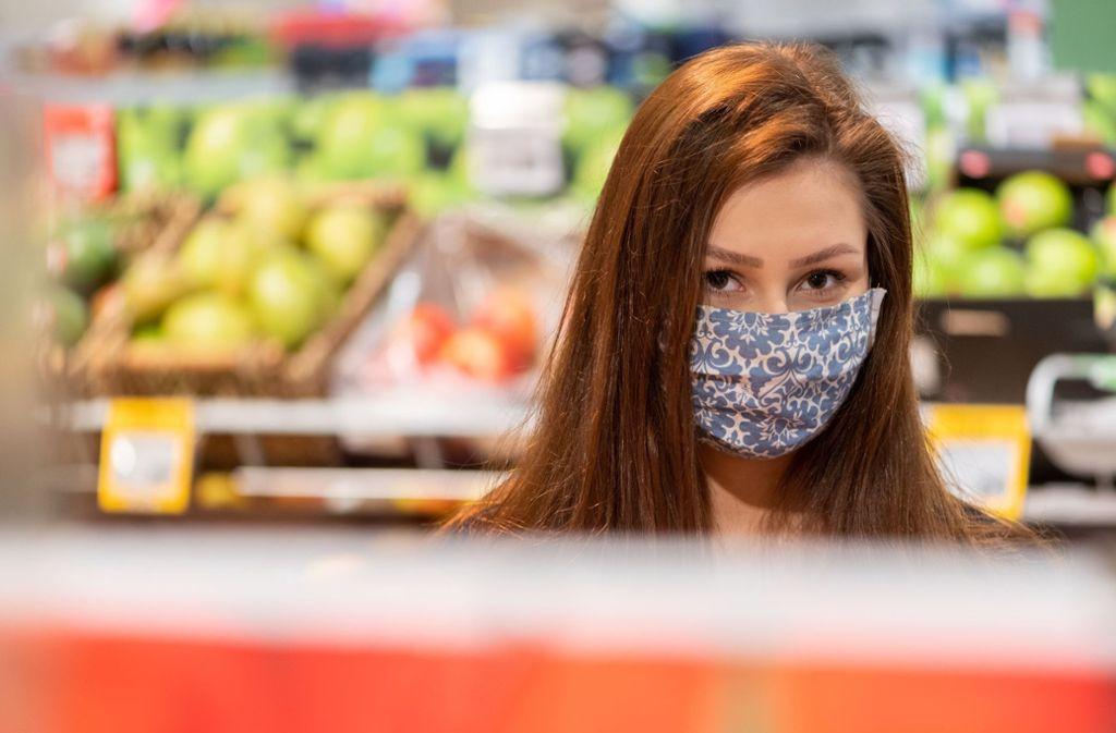 Der Mundschutz soll zur Verlangsamung der Pandemie beitragen. Foto: dpa/Robert Michael