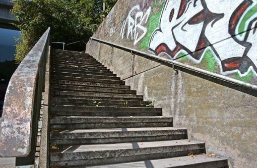 Marode Treppe am Eisenbahnviadukt