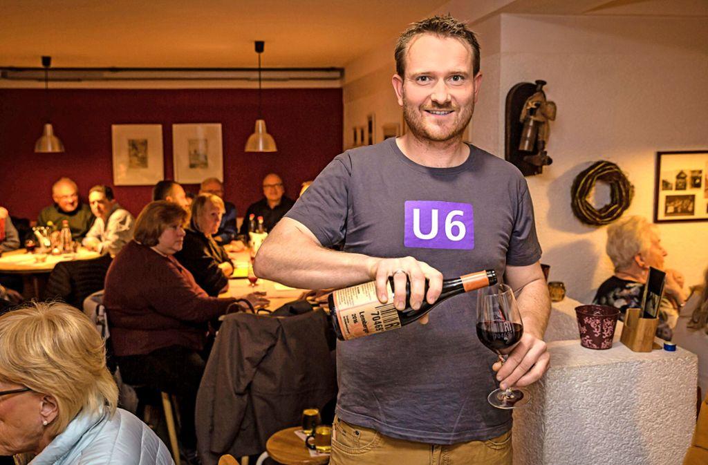 """Fabian Rajtschan führt den Betrieb in Feuerbach in der siebten Generation. Er kümmert sich um den Wein, die Familie um den Besen """"Dr'Emil"""". Foto: Lichtgut/Julian Rettig"""