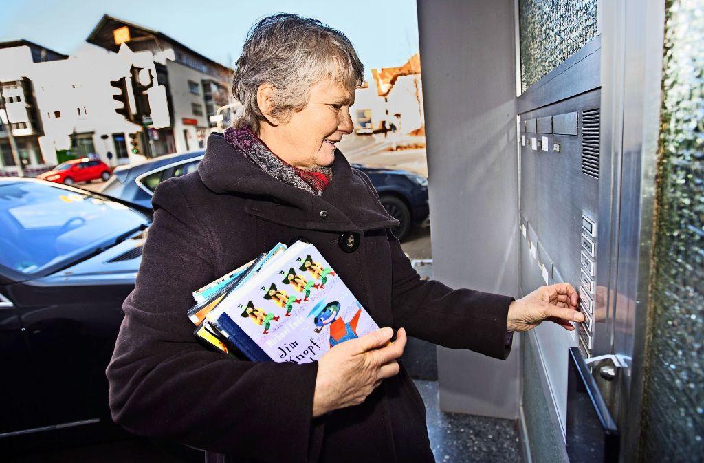 An jedem zweiten Mittwochnachmittag klingelt die Medienbotin Gabriele Roth in der Lorcher Straße. Foto: Ines Rudel