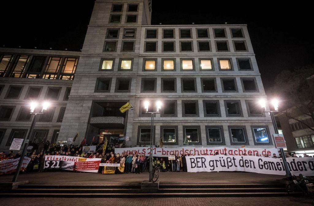 Die Stuttgart-21-Gegner am Montagabend vor dem Rathaus Foto: Lichtgut/Achim Zweygarth