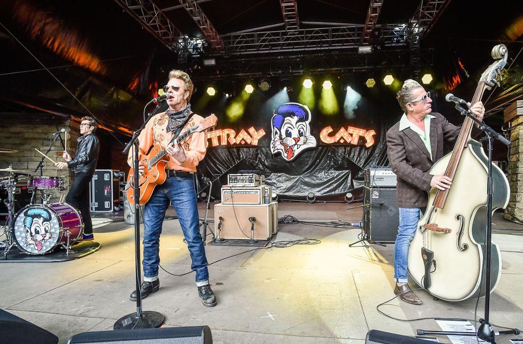 Der Schlagzeuger Slim Jim Phanton, der Sänger und Gitarrist Brian Setzer und der Bassist und Sänger Lee Rocker (von links) am Dienstag auf der Freilichtbühne Killesberg Foto: Lichtgut / Ferdinando Iannone