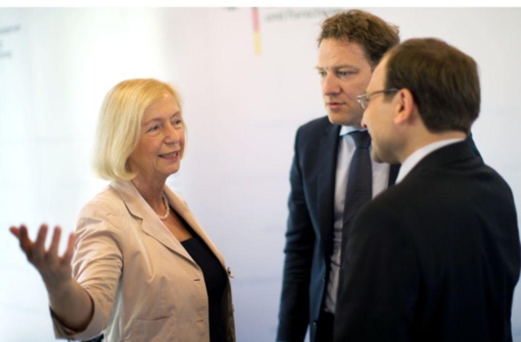 Ministerin Johanna Wanka, Bernhard Lorentz (Mercator) und Bülent Ucar (Avicenna)  – von links – stellten die Förderung in Berlin vor. Foto: dpa