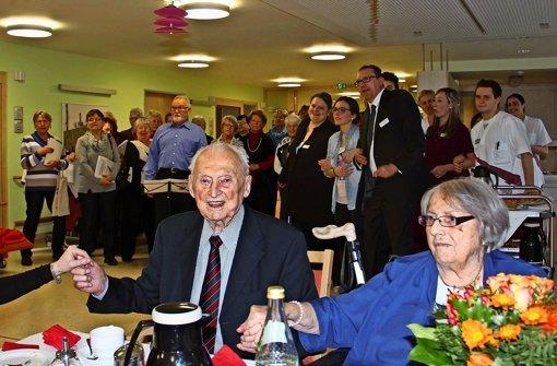 Richard Schätzle hat mit seiner Frau Annemarie und vielen Gästen seinen 100. Geburtstag im Awo-Seniorenzentrum am Pfostenwäldle gefeiert. Foto: Torsten Ströbele