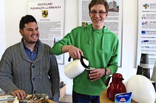 Onur Özer (links) und Valetin Gekeler haben am vergangenen Dienstag fair gehandelten Kaffee angeboten. Foto: Rehman