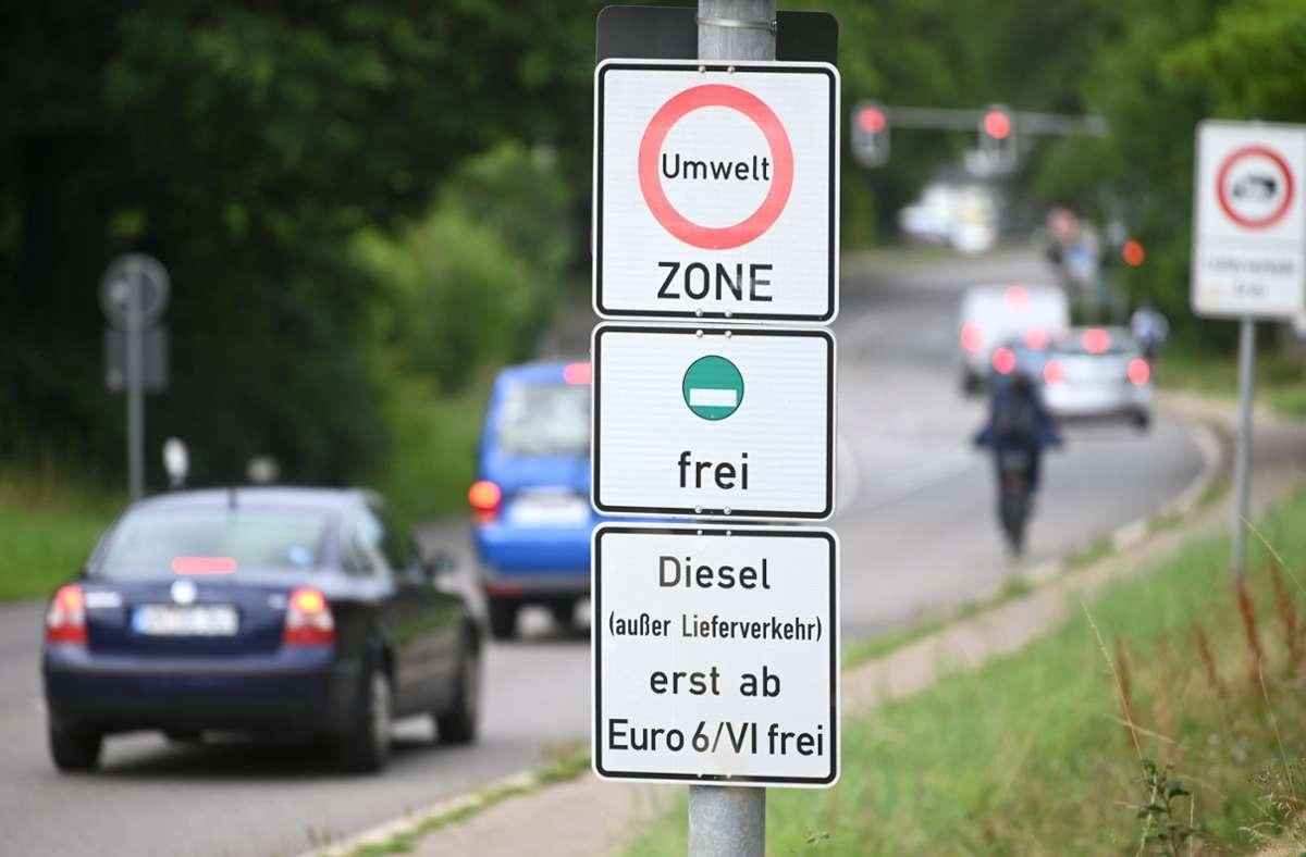 Derzeit werden die Fahrverbotsschilder aufgestellt. Foto: dpa/Marijan Murat