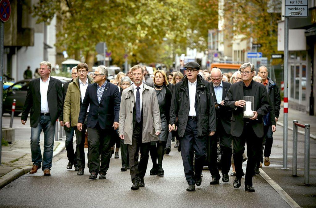 Zeichen der Verbundenheit:  Landesbischof Frank Otfried July (mit Mütze) zieht mit 100 Landessynodalen zur  Synagoge. Foto: Lichtgut/Leif Piechowski