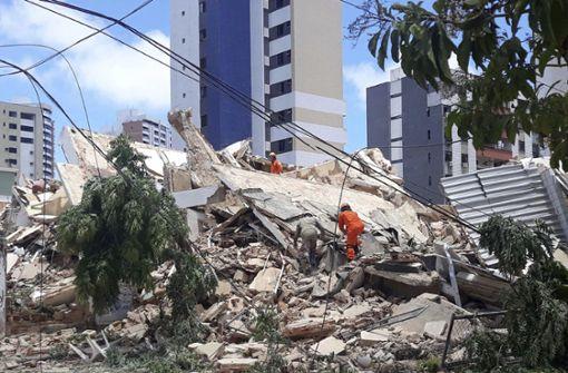 Siebenstöckiges Gebäude stürzt ein –  Todesopfer und Verletzte