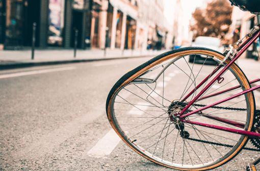 Autofahrer bringt Radlerin zu Fall und macht sich aus dem Staub