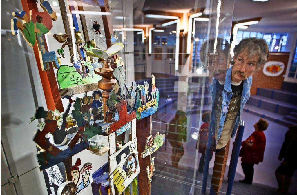 """Das Objekt """"Max und Moritz"""" von Martin Koch (rechts) ist Teil der Jubiläumsausstellung der Kreativen Werkstatt, die bis Mitte Juni im Landratsamt zu sehen ist. Foto: Gottfried Stoppel"""