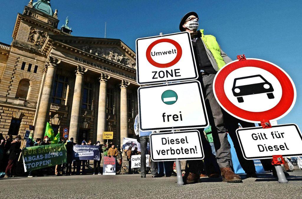 Wenn das Dieselfahrverbot in Stuttgart kommt, wird es viele Ausnahmen geben. Das Bild zeigt eine Fantasiebeschilderung von Umweltaktivisten vor dem Bundesverwaltungsgericht in Leipzig. Foto: dpa-Zentralbild
