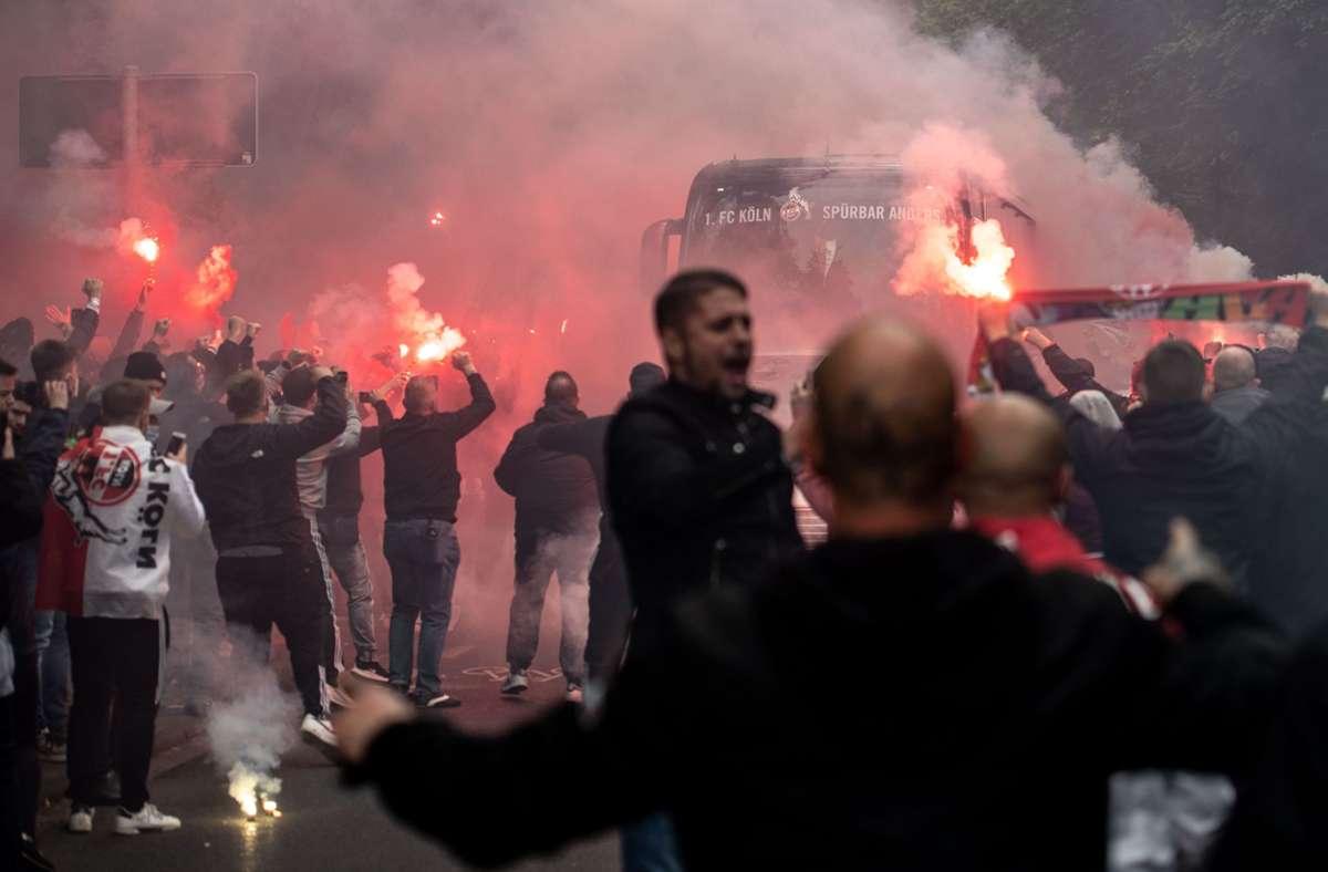 Vor der Partie des 1. FC Köln gegen Schalke 04 wurde Pyrotechnik gezündet. Foto: dpa/Marius Becker
