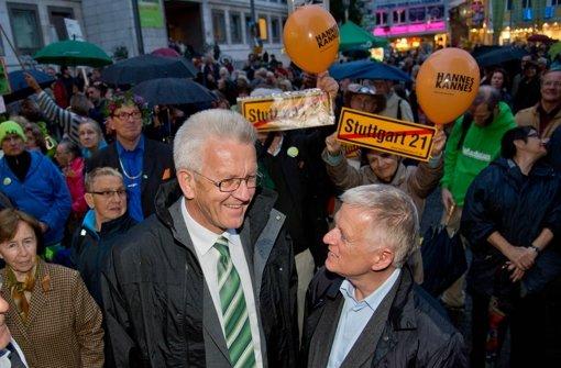 Zwei Grüne an den Schalthebeln der Macht  und in einer Frage doch an Verträge ihrer Vorgänger gebunden: Winfried Kretschmann (links) und Fritz Kuhn. Foto: Martin Stollberg