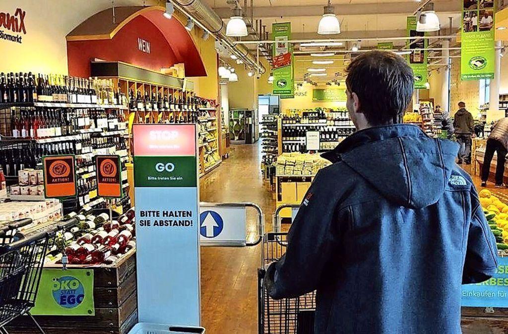 Die Ampel regelt die Kundenzahl und schafft somit Abstand. Foto: Steinbeis-Stiftung