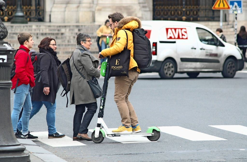 Alltäglicher Konflikt in Paris: Fußgänger und Trotinette-Fahrer Foto: Knut Krohn