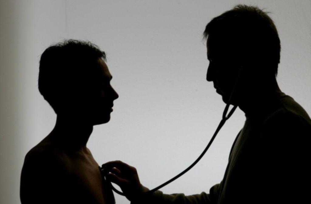 Noch immer zu selten: ein Mann beim Arzt Foto: dpa