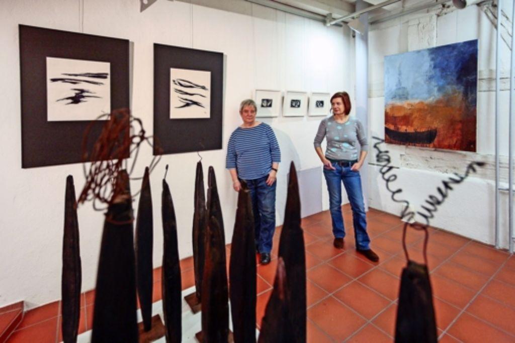Christina Frey (links) und Angelika Lill-Pirrung stellen sehr unterschiedliche Arbeiten aus – die sich aber in ihrer Wirkung durchaus ergänzen. Foto: