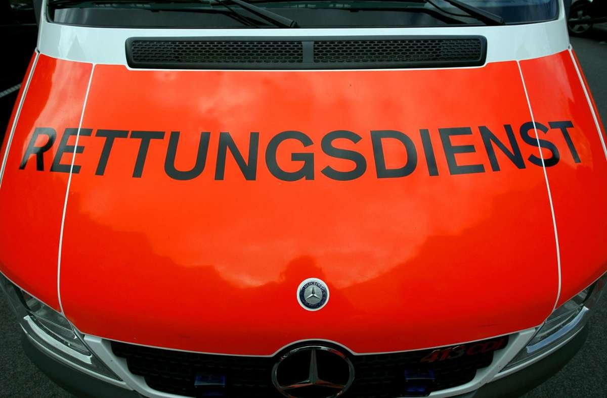 Der Mann wurde nach dem Unfall mit dem Krankenwagen in eine Klinik gebracht (Symbolfoto). Foto: picture alliance / dpa/Daniel Karmann