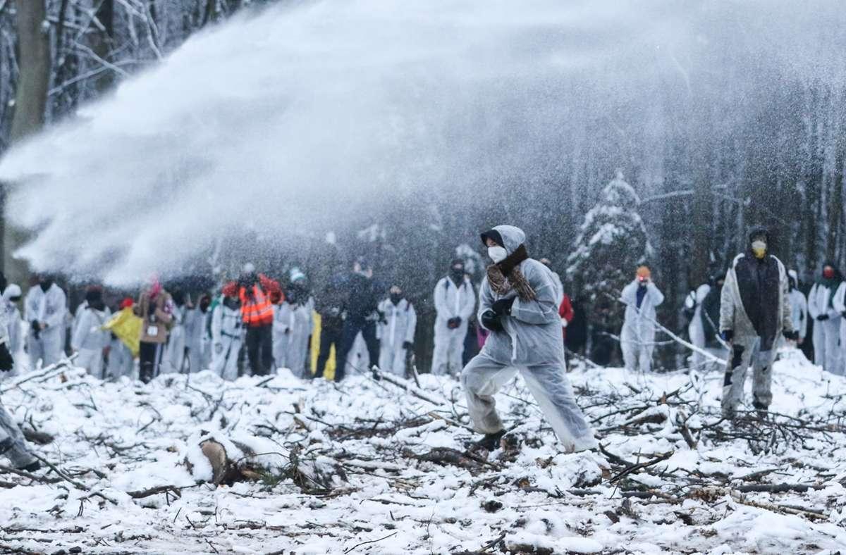 Die Beamten setzten trotz niedriger TemperaturenWasserwerfer gegen Demonstranten im Dannenröder Forst ein und entfernten die teils meterhohen Hindernisse. Foto: dpa/Nadine Weigel