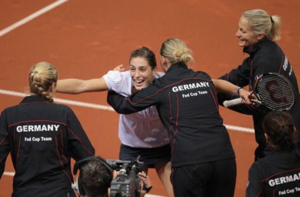 """""""Das war der emotionalste Moment des Jahres 2011"""", sagt Andrea Petkovic (in Weiß), die im Frühjahr in Stuttgart den Erfolg im Fedcup über die USA bejubelt. Foto: Pressefoto Baumann"""