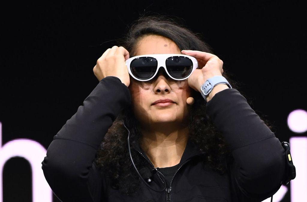 Eine Frau probiert auf der Messe eine Virtual-Reality-Brille der Marke Samsung an. Foto: AFP/ROBYN BECK