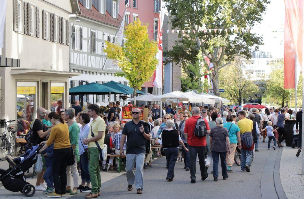 Tausende flanieren beim verkaufsoffenen Sonntag durch die Straßen beim Fellbacher Herbst. Foto: Patricia Sigerist