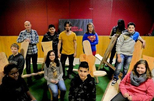 Schüler der Steinbachschule nehmen auf ihren eigenen Stühlen Platz