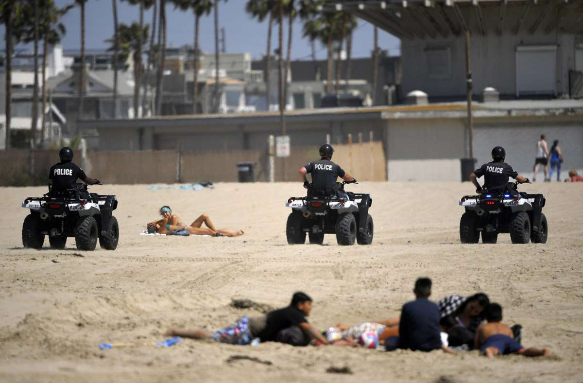 Angesichts eines raschen Anstiegs von Corona-Neuinfektionen in Südkalifornien werden im Bezirk Los Angeles die Strände am kommenden Wochenende geschlossen. Foto: dpa/Mark J. Terrill
