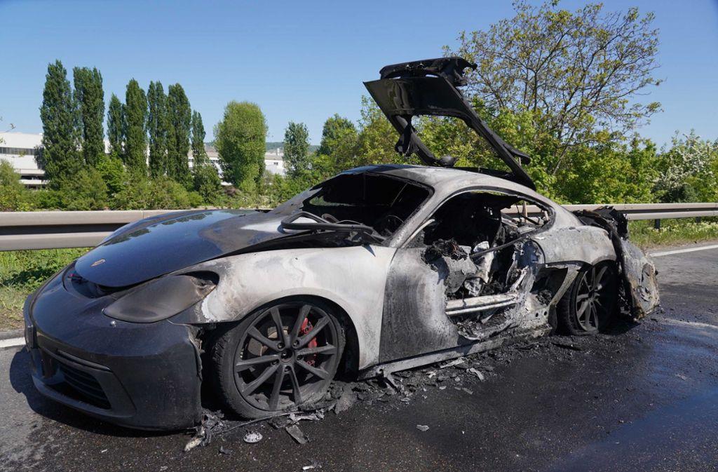 Der Porsche Cayman wurde ein Raub der Flammen. Foto: Andreas Rosar/Fotoagentur-Stuttgart